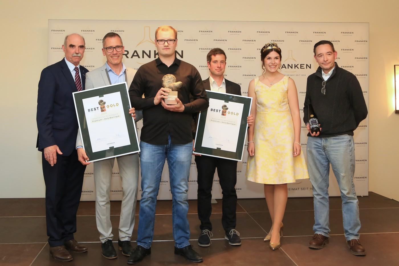 Artur Steinmann, Dr. Klaus-Peter Heigel, Marco Geßner, Daniel Sauer, Fränkische Weinkönigin Carolin Meyer und Pate Harry Stolker (München). Foto: Rudi Merkl