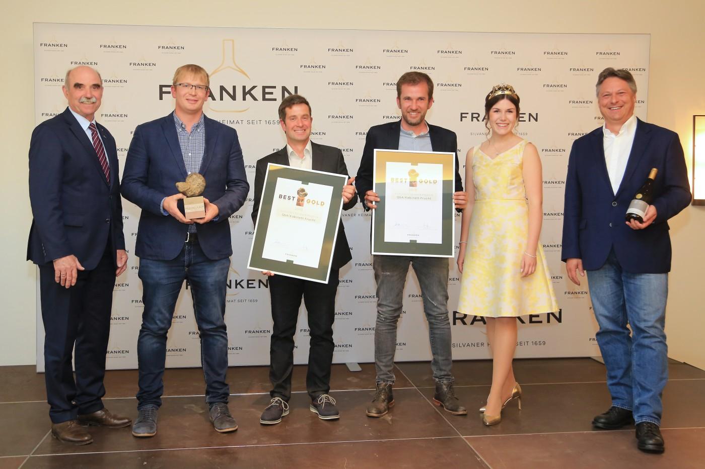 Artur Steinmann, Johannes Popp, Daniel Sauer, Christian Müller, Fränkische Weinkönigin Carolin Meyer und Pate Stefan Metzner (München). Foto: Rudi Merkl